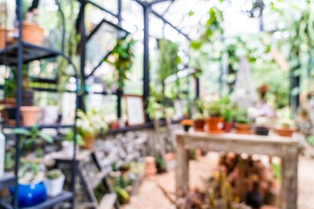 Casa de vidro borrão abstrata no jardim