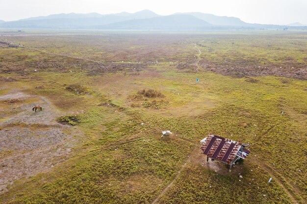 Casa de vista aérea no prado