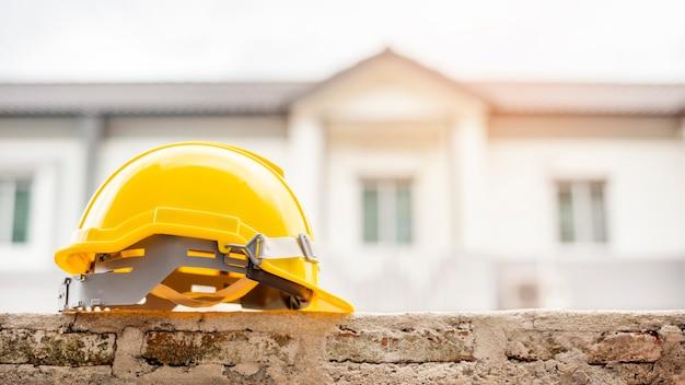 Casa de writh de capacete amarelo
