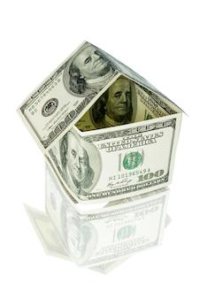 Casa do dinheiro no branco isolado
