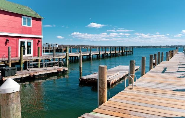 Casa e cais de madeira ou cais à beira do lago com céu e nuvem em