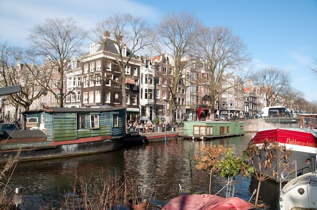 Casa e canais de barcos em amsterdã, países baixos