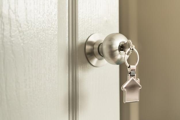 Casa e conceito imobiliário, uma chave para abrir a porta