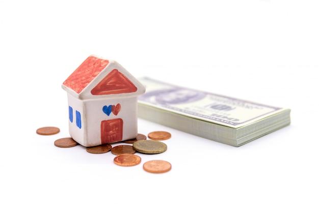 Casa e dólar isolado no branco