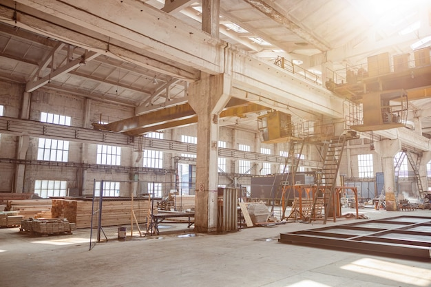Casa em construção com escadas e materiais de construção