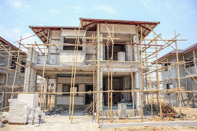 Casa em construção com estrutura de bloco de concreto aerado autoclavado no canteiro de obras