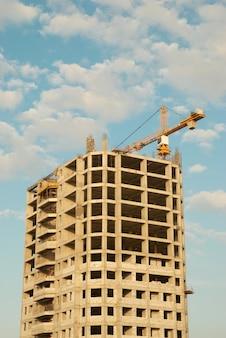 Casa em construção no canteiro de obras com céu azul