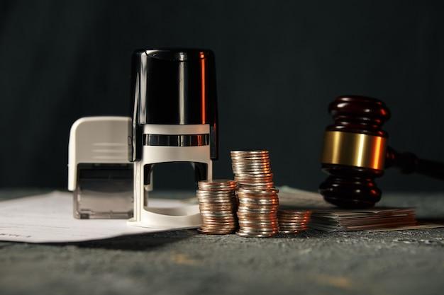 Casa em miniatura com dinheiro e documentos fiscais.