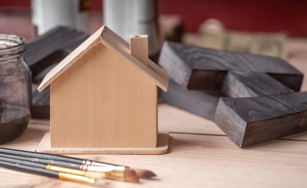 Casa em miniatura de madeira com vista frontal