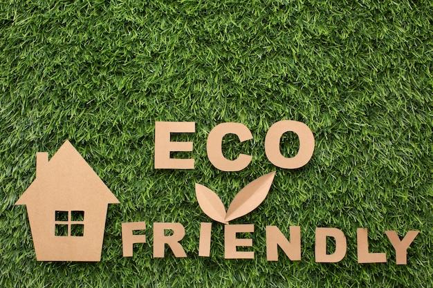 Casa em miniatura e sinal amigável de eco