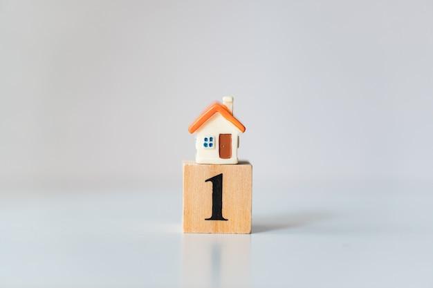 Casa em miniatura no cubo de madeira número um