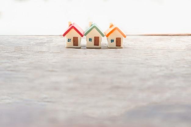 Casa em miniatura no fundo de madeira