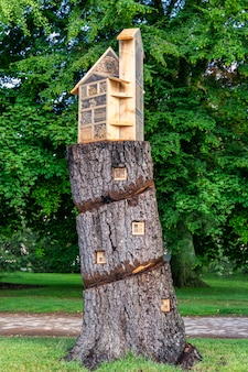 Casa em um tronco de árvore em um jardim