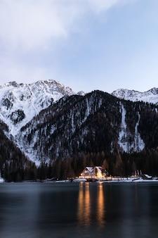 Casa entre o corpo de água e a montanha