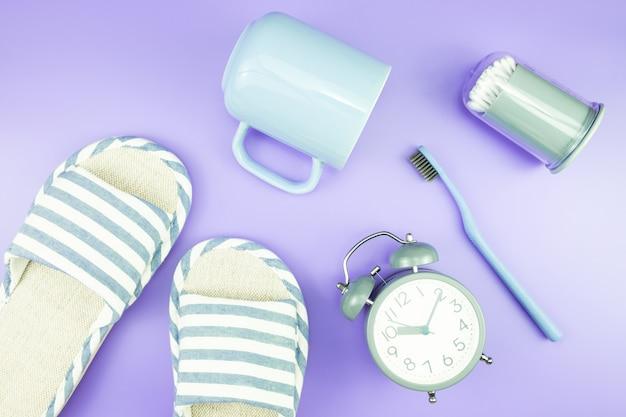 Casa equipamento relógio plana colocar dente escova óculos toalha chinelos vista superior Foto Premium
