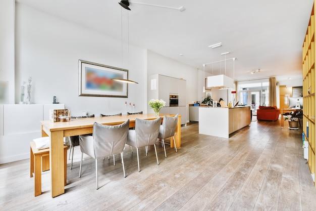 Casa espaçosa com sala de jantar e cozinha em conjunto com uma aconchegante sala de estar com sofá