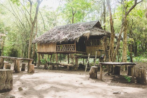 Casa estadia casa de madeira no meio da floresta em petchburee, tailândia