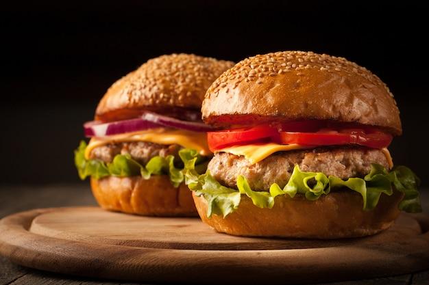 Casa feita de hambúrguer com carne, cebola, tomate, alface e queijo. x-burger.