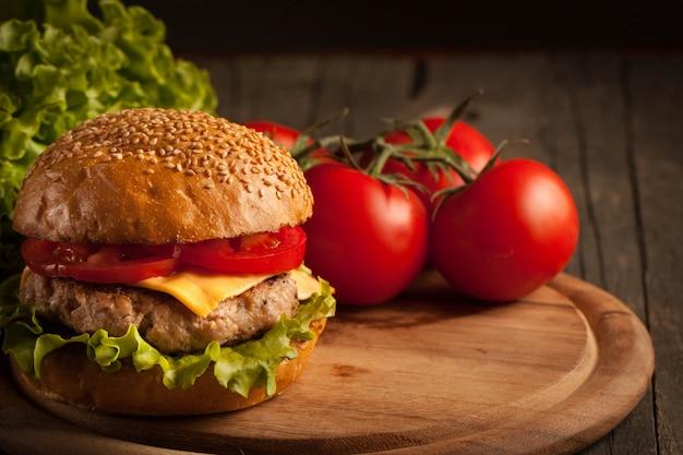 Casa feita de hambúrguer com carne, cebola, tomate, alface e queijo.