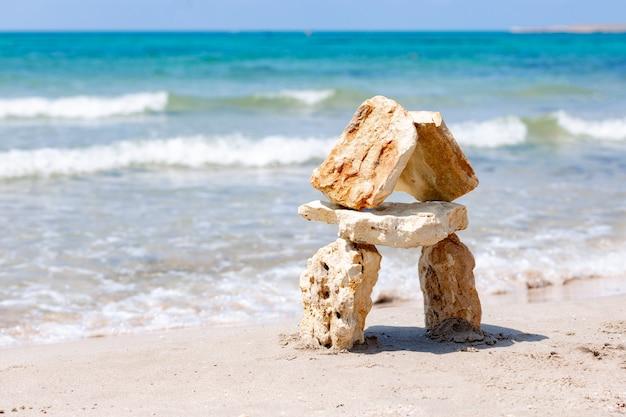 Casa feita de pedras contra o mar