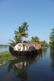 Casa flutuante em remansos de kerala, índia