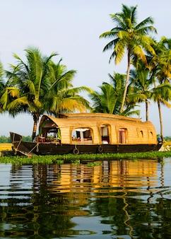 Casa flutuante em remansos de kerala, kerala, índia