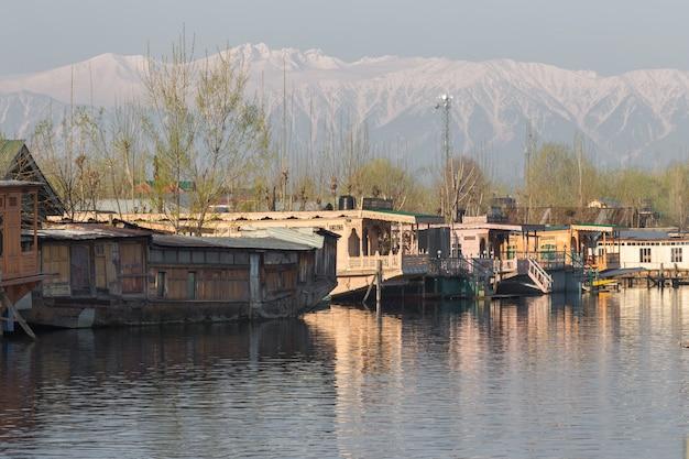 Casa flutuante no lago dal caxemira índia