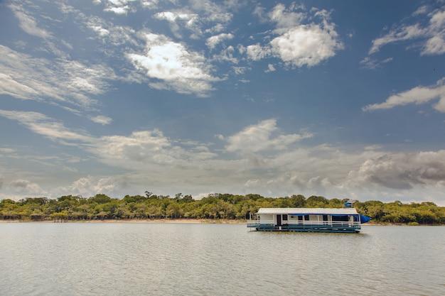 Casa flutuante no rio amazonas