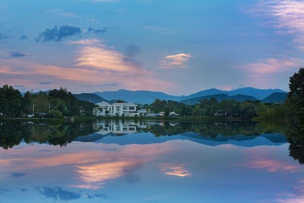 Casa ideal localizada perto do lago com atmosfera pacífica