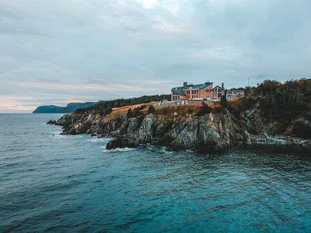 Casa marrom na montanha perto do oceano