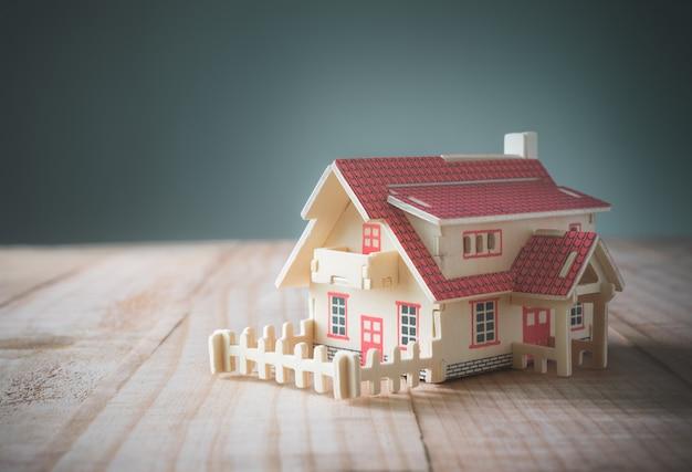 Casa modelo de madeira na mesa de madeira