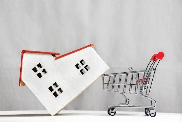 Casa modelo e um carrinho. comprar uma casa em hipoteca. vista frontal