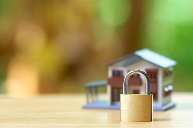 Casa modelo envolvida com corrente de aço e cadeado.