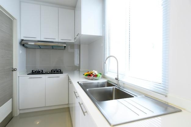 Casa moderna interior da cozinha branca e brilhante