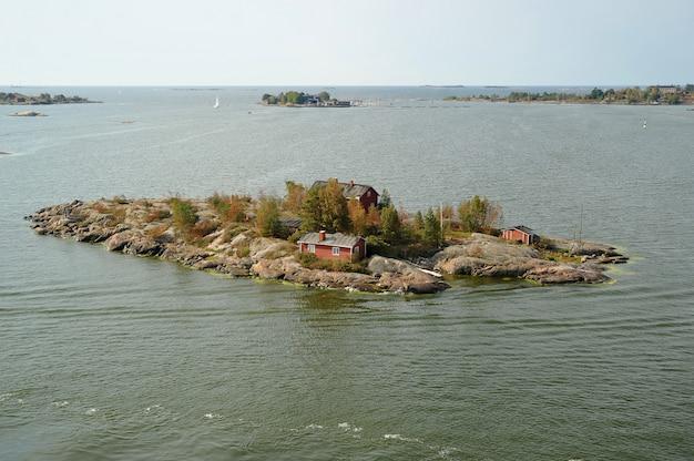 Casa na ilha no mar báltico, helsínquia, finlândia