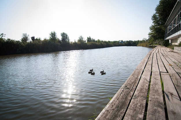 Casa na margem de um lago pitoresco. cais de madeira. silêncio e conforto
