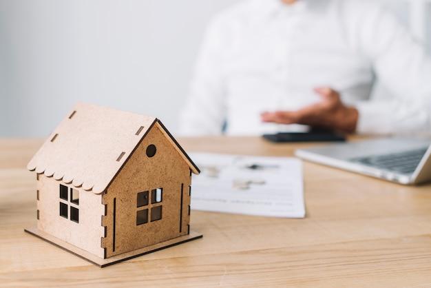 Casa na mesa do agente imobiliário
