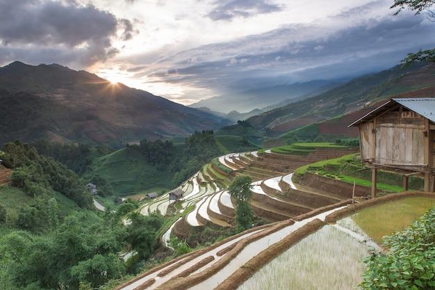 Casa na montanha de arroz