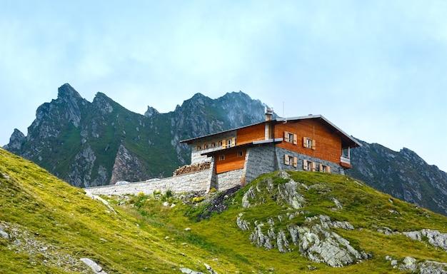 Casa na montanha de verão. vista da estrada transfagarasan