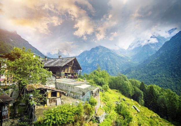 Casa na montanha olhando para os alpes