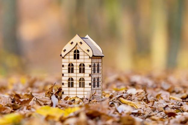 Casa na natureza. maquete de casa no fundo da floresta de outono. habitação ecológica