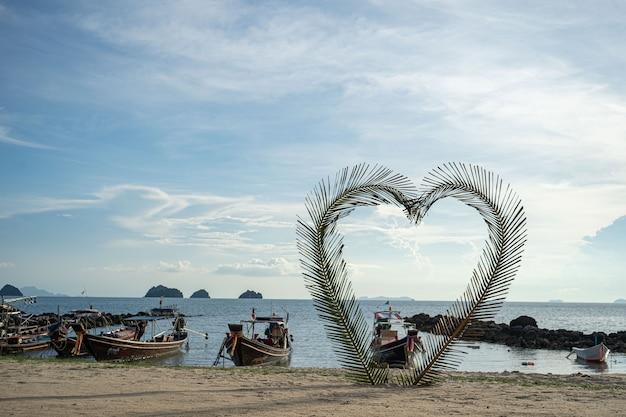 Casa na praia perto de palmeiras com vista para a praia