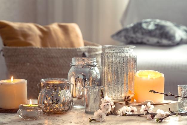 Casa natureza morta com velas e vaso na sala de estar