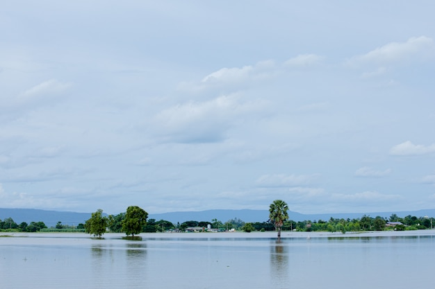 Casa no lago com céu azul