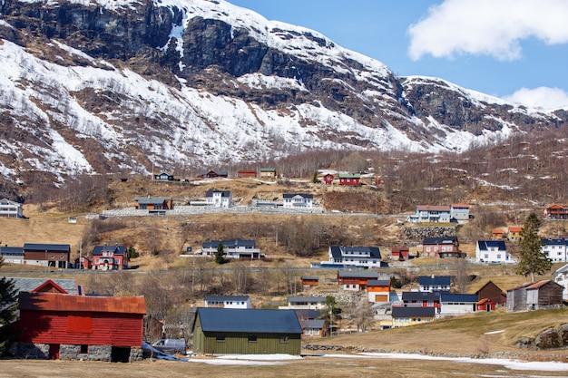Casa nórdica em pequena cidade com fundo de montanha de calota de gelo