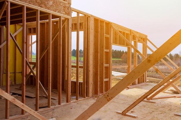 Casa nova construção de uma casa de bloco de cimento com telhado de madeira