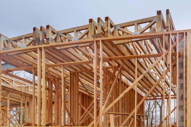 Casa nova da construção residencial que quadro contra um céu azul.