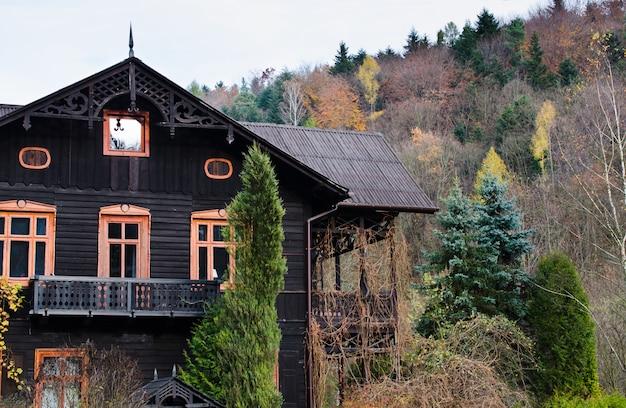 Casa ou casa de campo bonita no tempo do outono do monte.
