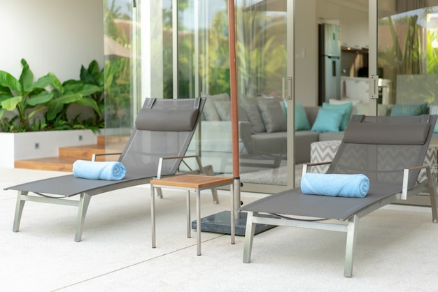 Casa ou casa exterior e design de interiores com belo sol cama de piscina villa