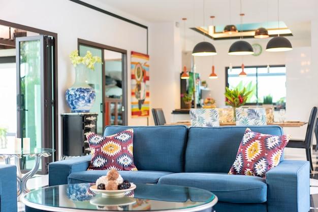Casa ou construção de casas design de interiores de luxo na sala de estar de moradias piscina